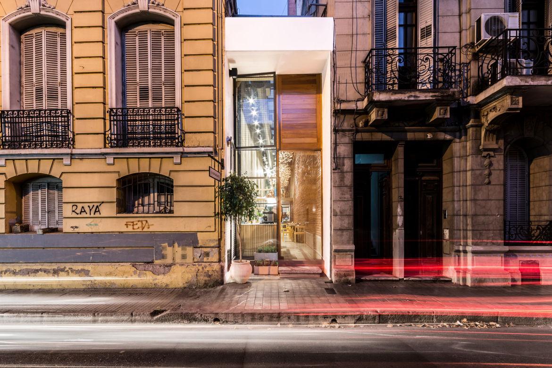 el-papagayo-tiny-restaurant-argentina-narrow-corridor