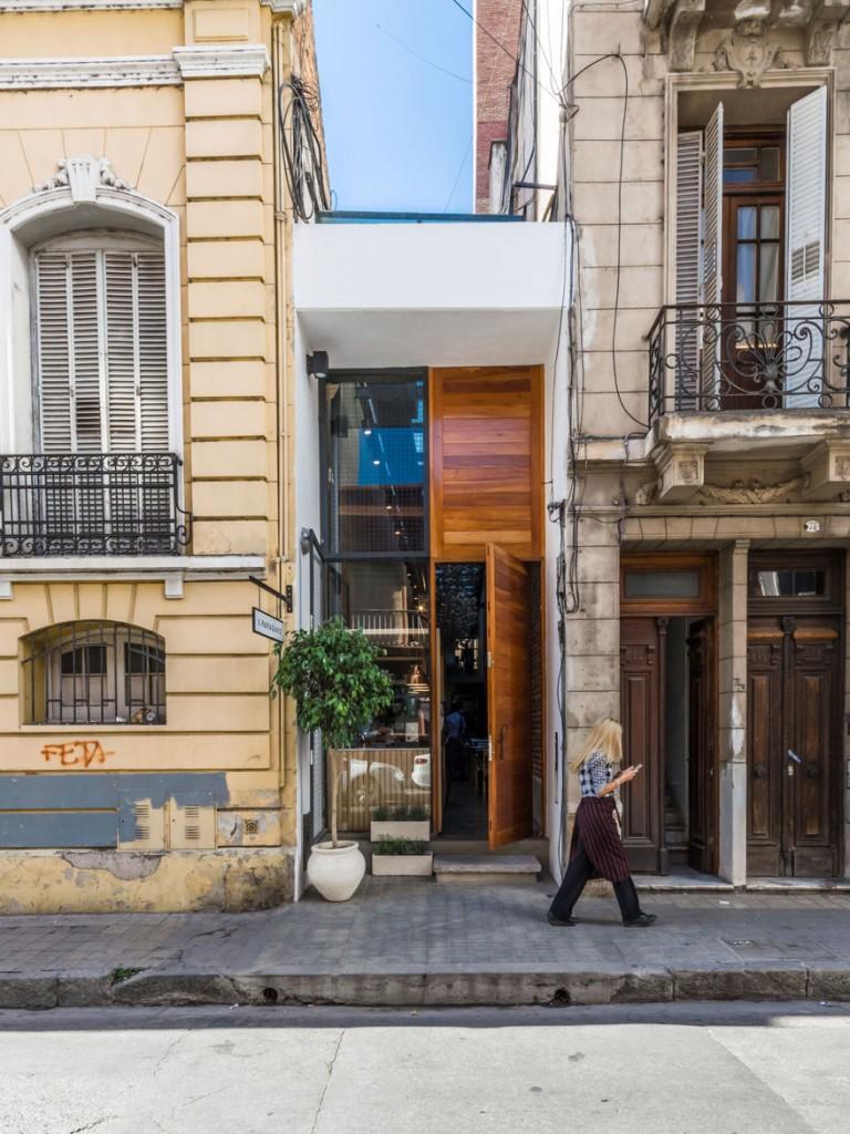 el-papagayo-tiny-restaurant-argentina-narrow-facade