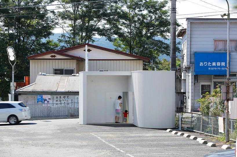 kubo-tsushima-architects-isemachi-public-toilet-japan-designboom-02